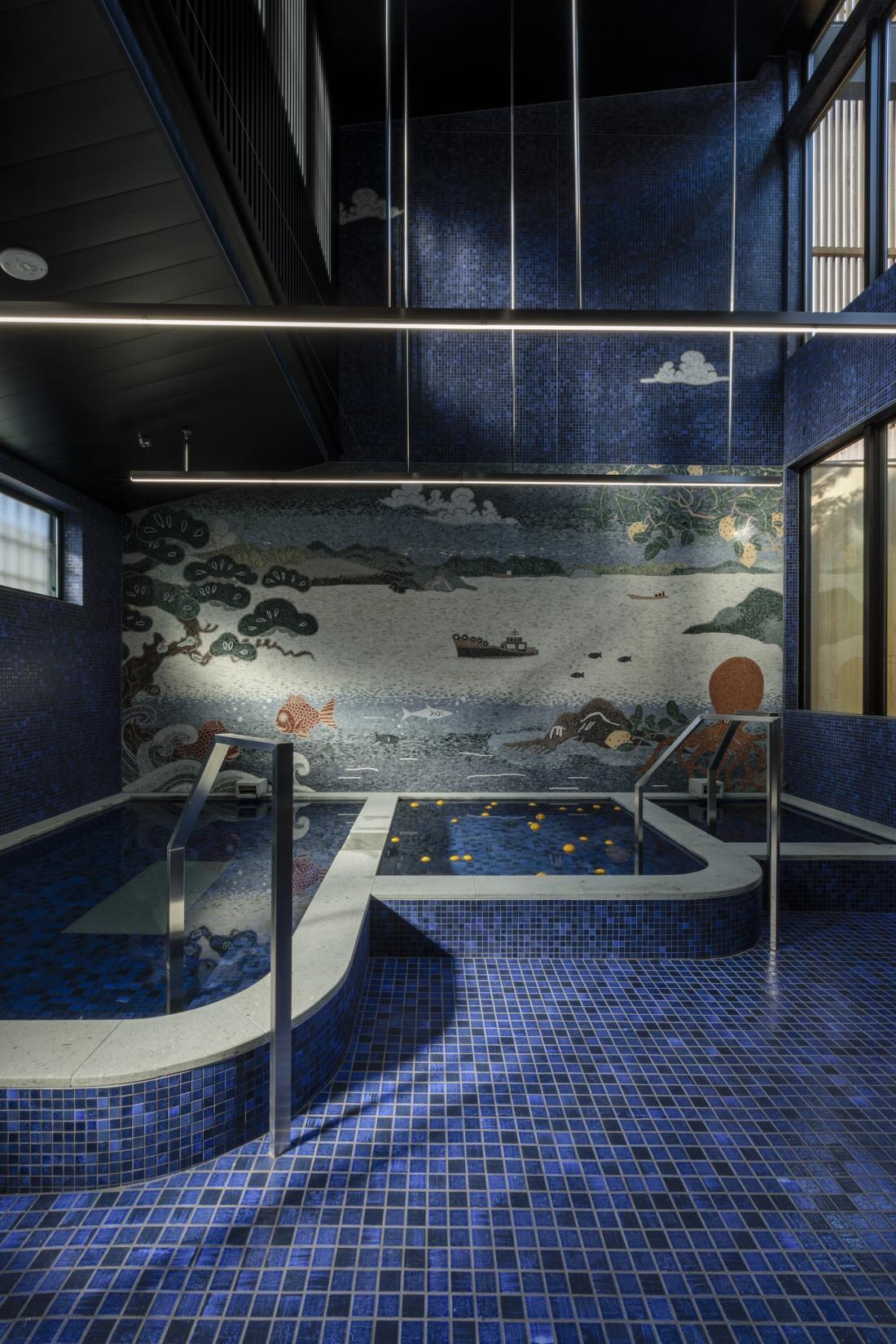 Yubune bathhouse entrance and communal bath © Tomohiro Sakashita
