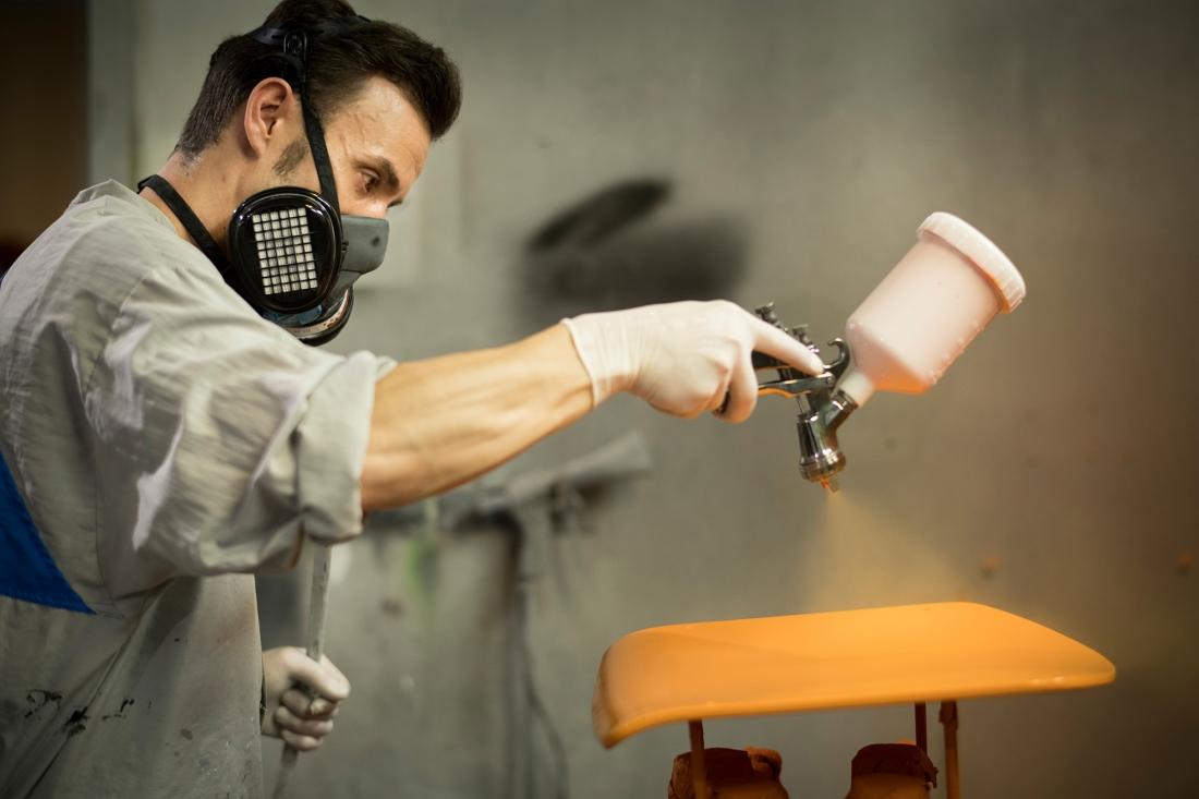 Thonet Production - Hand Varnishing ©Thonet